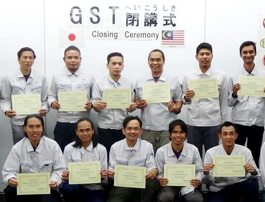 1年間の実習プログラム(Global Skill-up Training)を終えて修了証を手にする外国人技能実習生