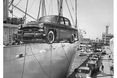 Loading of a Crown vehicle shipment to the U.S. (1958)