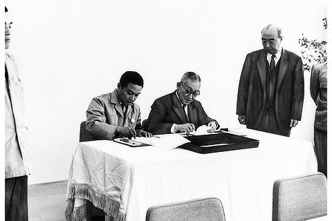Signing ceremony of labor and management declaration (1962)