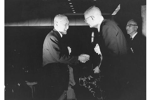 Professor Deming and Toyota President Fukio Nakagawa at the Deming Prize award ceremony (1965)