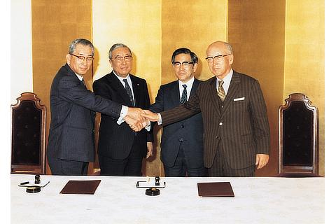 Signing ceremony of the merger agreement between Toyota Motor Co., Ltd. and Toyota Motor Sales Co., Ltd. (1982)