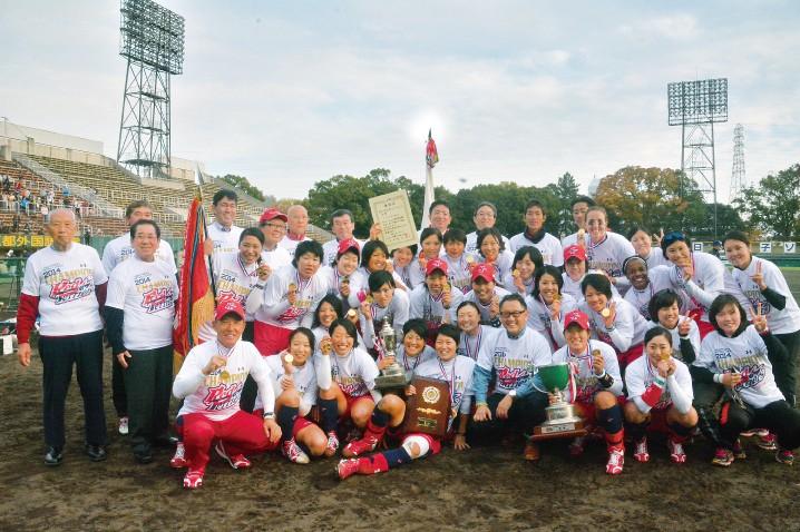 女子ソフトボール部の優勝を祝う社長の豊田