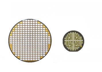 左:シリコンパワー半導体ウェーハ(トランジスタ) 右:SiCパワー半導体ウェーハ(トランジスタ)