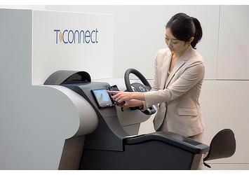 e-TOYOTA部 テレマティクス事業室 八代 愛 のデモンストレーション(T-Connect)