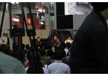 冒険家のホーボージュン氏、プロドライバーの三橋淳氏、ライターの寺田昌弘氏を交えたトークセッション