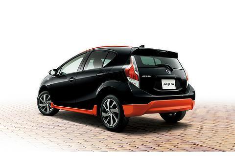 X-URBAN(ブラックマイカ×オレンジメタリック)〈オプション装着車〉