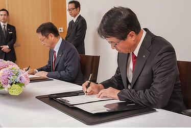 Signing of partnership agreement between Mazda and Toyota. Left: Toyota President and CEO Akio Toyoda, right: Mazda President and CEO Masamichi Kogai