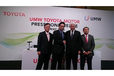 マレーシア生産体制再編を発表 左から、UMWT 武山副会長、トヨタ自動車 高見常務役員、UMW Asmat会長、UMWT Ismet社長