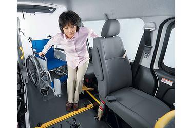 """車いす仕様車 """"Fタイプ"""" 移乗しやすい専用シート"""