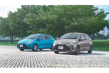 """(左):HYBRID U (クリアブルークリスタルシャイン) 〈オプション装着車〉 (右):1.3U""""Sportyパッケージ"""" (アバンギャルドブロンズメタリック) 〈オプション装着車〉"""