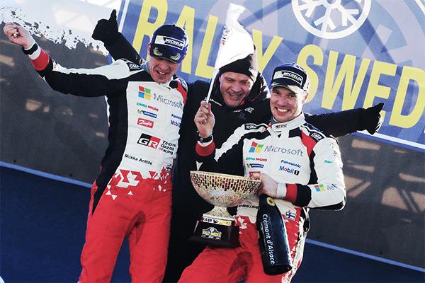 表彰台でのミーカ・アンティラ(左)、トミ・マキネン(中)、ヤリ-マティ・ラトバラ(右)