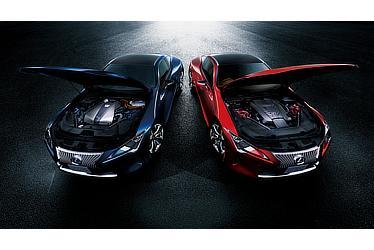 """左:LC500h""""S package"""" (ディープブルーマイカ) 〈オプション装着車〉 右:LC500 (ラディアントレッドコントラストレイヤリング) 〈オプション装着車〉"""