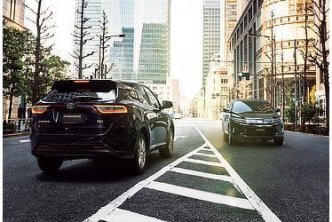 """(左)PROGRESS """"Metal and Leather Package"""" (ハイブリッド車) (スパークリングブラックパールクリスタルシャイン) 〈オプション装着車〉(右)PROGRESS """"Metal and Leather Package"""" (ターボ2WD車) (ブラック) 〈オプション装着車〉"""