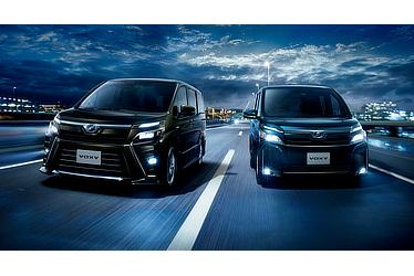 左:ZS (ハイブリッド車) (イナズマスパーキングブラックガラスフレーク) 〈オプション装着車〉 右:V (ハイブリッド車) (ブラッキッシュアゲハガラスフレーク) 〈オプション装着車〉