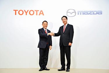 左:トヨタ 代表取締役社長 豊田 章男/右:マツダ 代表取締役社長 小飼 雅道