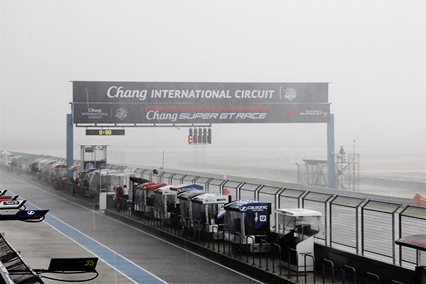 猛烈なスコールに見舞われ、予選は雨が止んで乾いていくという、難しいコンディションで行われることとなった