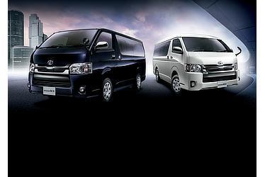 """左 : 特別仕様車 スーパーGL""""DARK PRIME"""" 2WD 2800ディーゼル 標準ボディ(スパークリングブラックパールクリスタルシャイン)<オプション装着車>右 : 特別仕様車 スーパーGL""""DARK PRIME"""" 4WD 2700ガソリン ワイドボディ(ホワイトパールクリスタルシャイン)<オプション装着車>"""