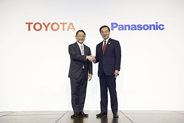 Left: Toyota President and CEO Akio Toyoda, right: Panasonic President and CEO Kazuhiro Tsuga