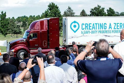 改良型のFC大型商用トラック披露時の様子