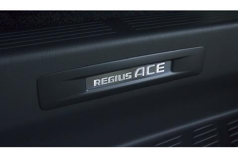 レジアスエース 特別仕様車共通 スライドドアスカッフプレート(車名ロゴ&イルミネーション付)