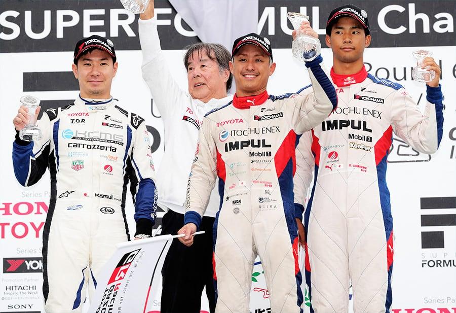 今季初勝利を挙げた関口 雄飛(ITOCHU ENEX TEAM IMPUL)、2位の小林 可夢偉(carrozzeria Team KCMG)、3位の平川 亮(ITOCHU ENEX TEAM IMPUL)