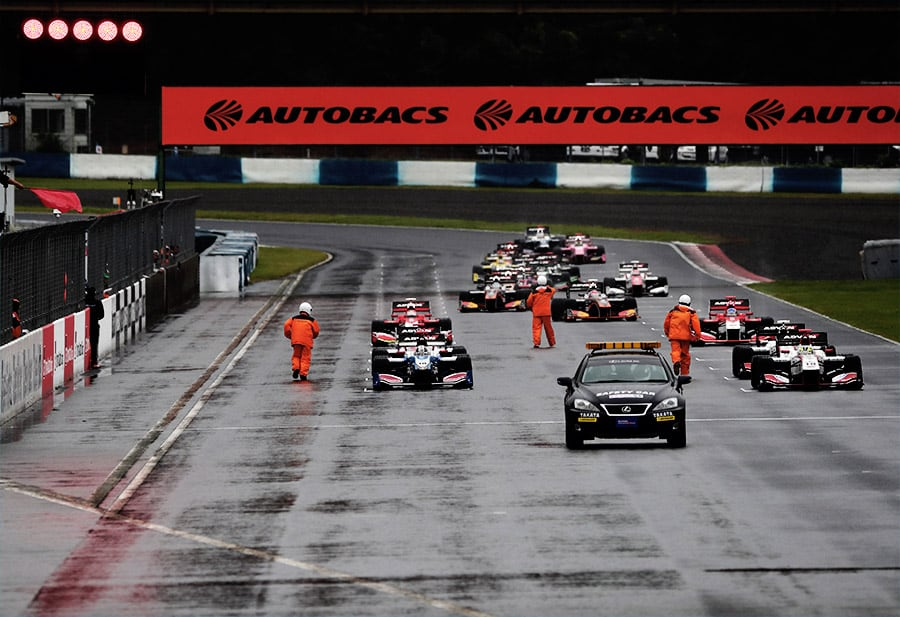 レースはセーフティカー先導でスタート。そのまま6周を終えたところで赤旗中断となった