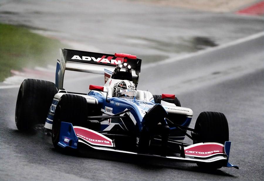 フロントノーズにダメージを負いながらも序盤レースをリードした小林 可夢偉(carrozzeria Team KCMG)
