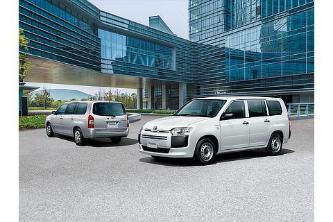 プロボックス 左 : F(ハイブリッド車・シルバーマイカメタリック)<オプション装着車> 右 : DXコンフォート(ハイブリッド車・ホワイト)
