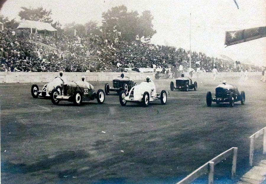 (©多摩川スピードウェイの会「1937年 全日本自動車競走大會」商工大臣杯スタートシーン)