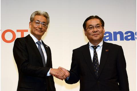 Left: Toyota Operating Officer Masayoshi Shirayanagi, right: Panasonic Senior Managing Executive Officer Makoto Kitano