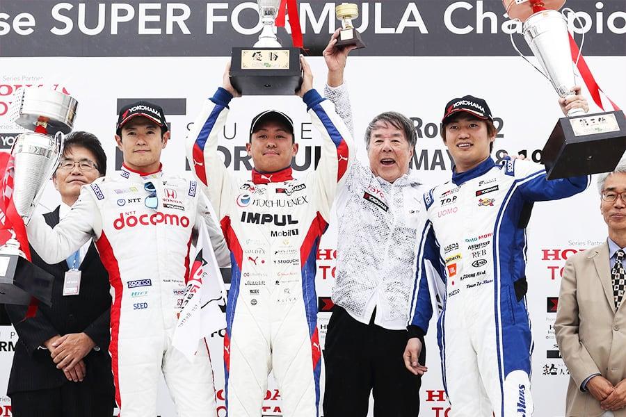 今季初勝利を挙げた関口 雄飛(中央左)と3位表彰台を獲得した大嶋 和也(右)