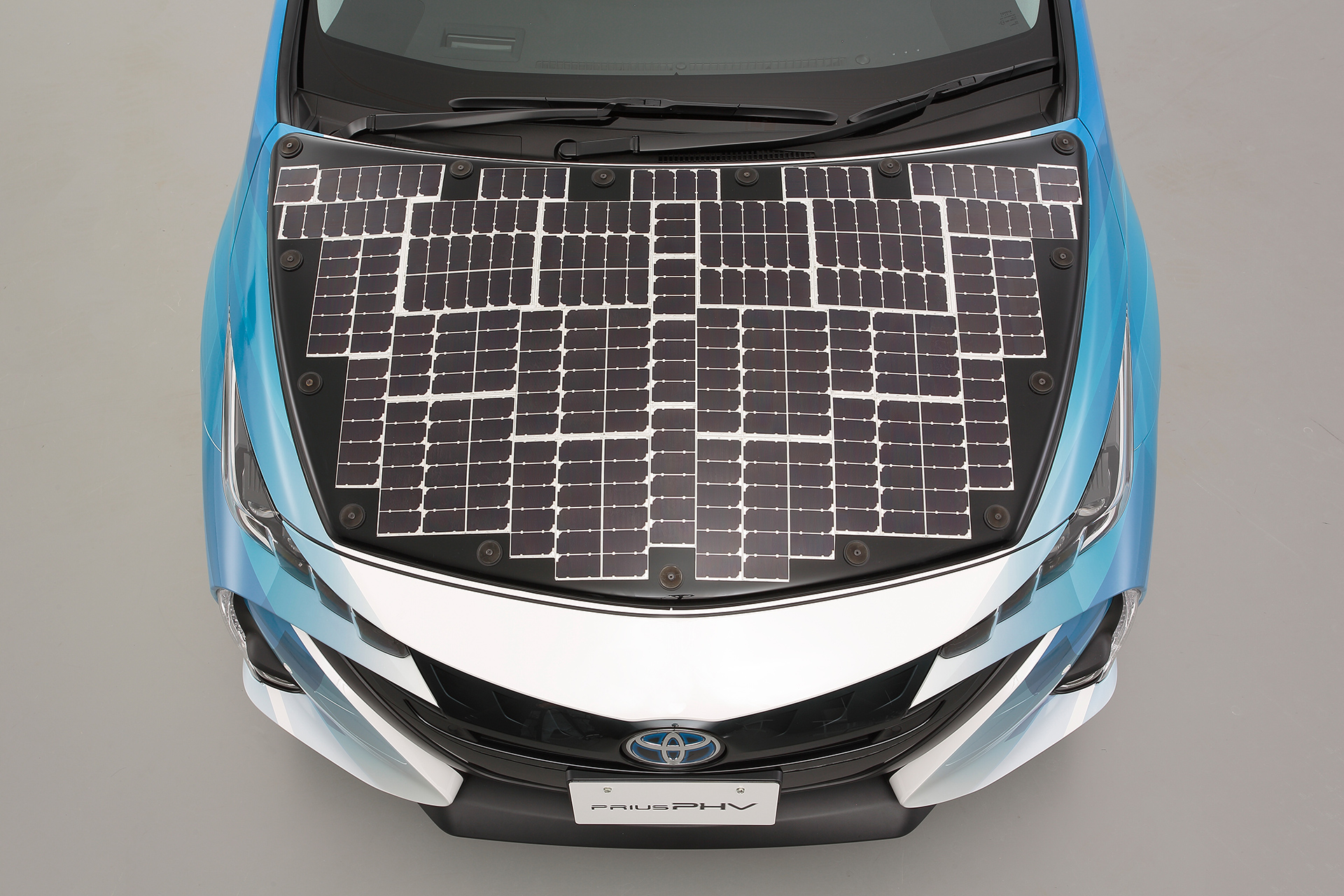 Prius-PHV-demo-model-equipped-with-solar-battery-panel