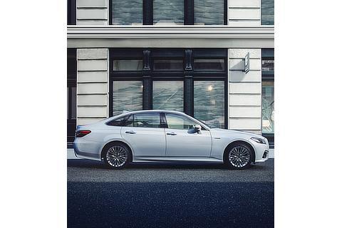 """特別仕様車 S""""Elegance Style""""(2.5L ハイブリッド車)(ホワイトパールクリスタルシャイン)<オプション装着車>"""