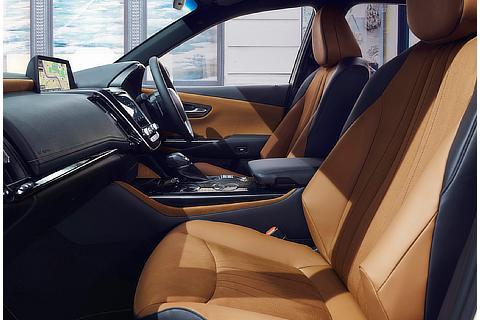 """特別仕様車 S""""Elegance Style""""(2.5L ハイブリッド車)(内装色 : こがね)"""