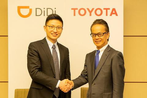 Signing Ceremony [from left to right] Stephen Zhu, Senior Vice President of Didi Chuxing; Shigeki Tomoyama, Executive Vice President of Toyota Motor Corporation