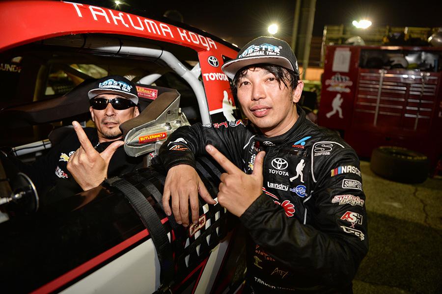 レース後、古賀さんのマシンでイイネ! 写真 : TAKENAO HAYASHI