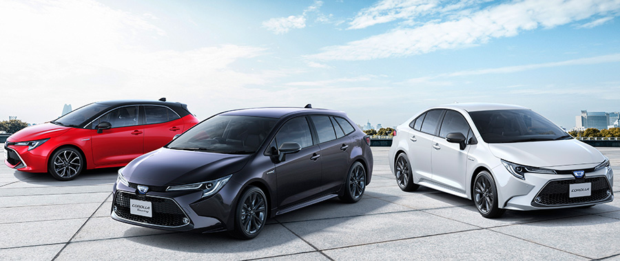 "From the left; Corolla Sport HYBRID G ""Z"" (2WD, options shown), Corolla Touring HYBRID WxB (2WD, options shown), Corolla HYBRID WxB (options shown)"