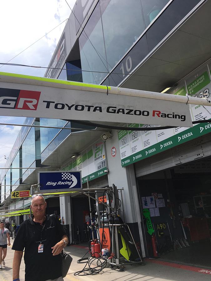 TOYOTA GAZOO Racingのピット前