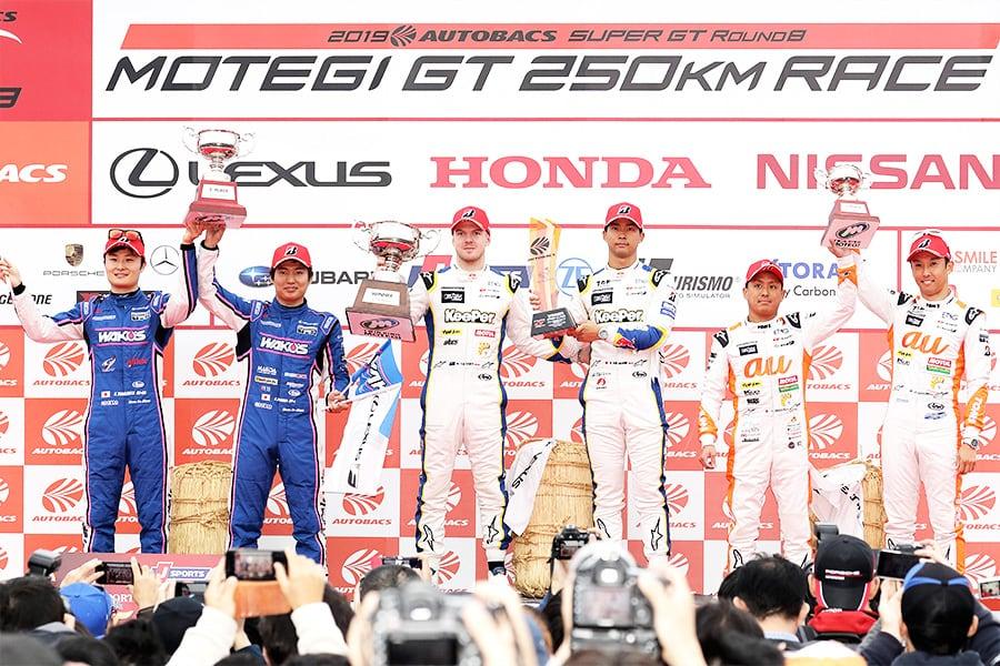 激戦の末に2位に入り悲願のチャンピオンを獲得したWAKO'S 4CR LC500 6号車の山下 健太(左)と大嶋 和也(左から2番目)、今季初勝利を挙げたKeePer TOM'S LC500 37号車のニック・キャシディ(中央左)と平川 亮(中央右)、3位表彰台を獲得したau TOM'S LC500 36号車の関口 雄飛(右から2番目)と中嶋 一貴(右)