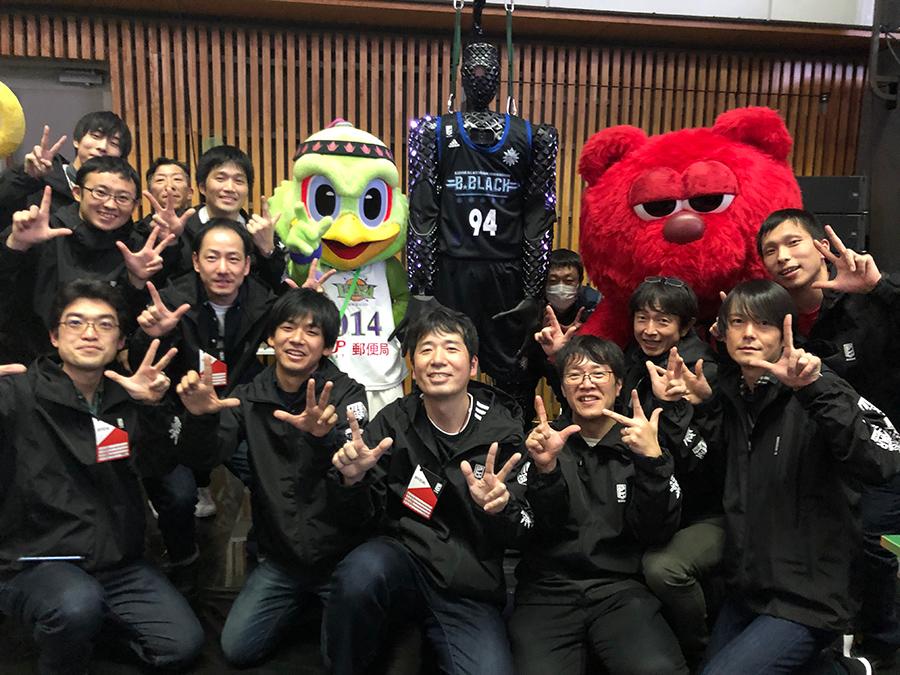 A memorable photo with Levanga team mascot Levird and Alvark mascot Rook