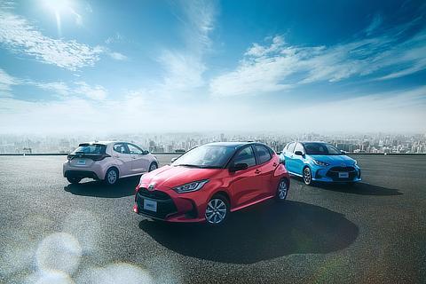 [中央]HYBRID G(2WD)(ブラック×コーラルクリスタルシャイン)[左]Z(2WD/CVT)(アイスピンクメタリック)[右]HYBRID Z(E-Four)(ブラック×シアンメタリック)<いずれもオプション装着車>※写真は合成です