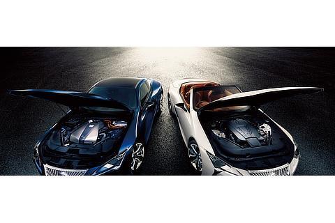 """左 : LC500h""""S package""""(ディープブルーマイカ) 右 : LC500 Convertible(ホワイトノーヴァガラスフレーク)<オプション装着車>"""
