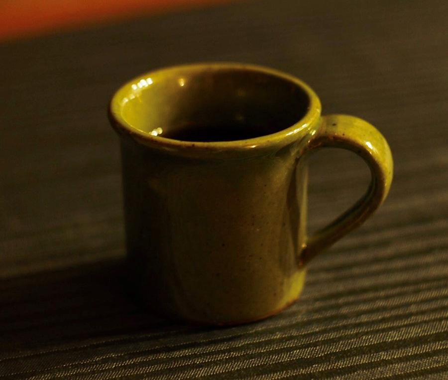 夜中にひとりでコーヒーを飲みながらDVDを見る