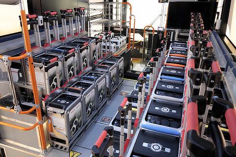 バスに積み込まれたHonda Mobile Power Pack Charge & Supply Concept