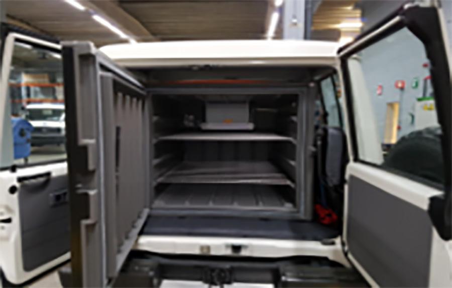 ワクチン専用冷蔵庫を積載した車内